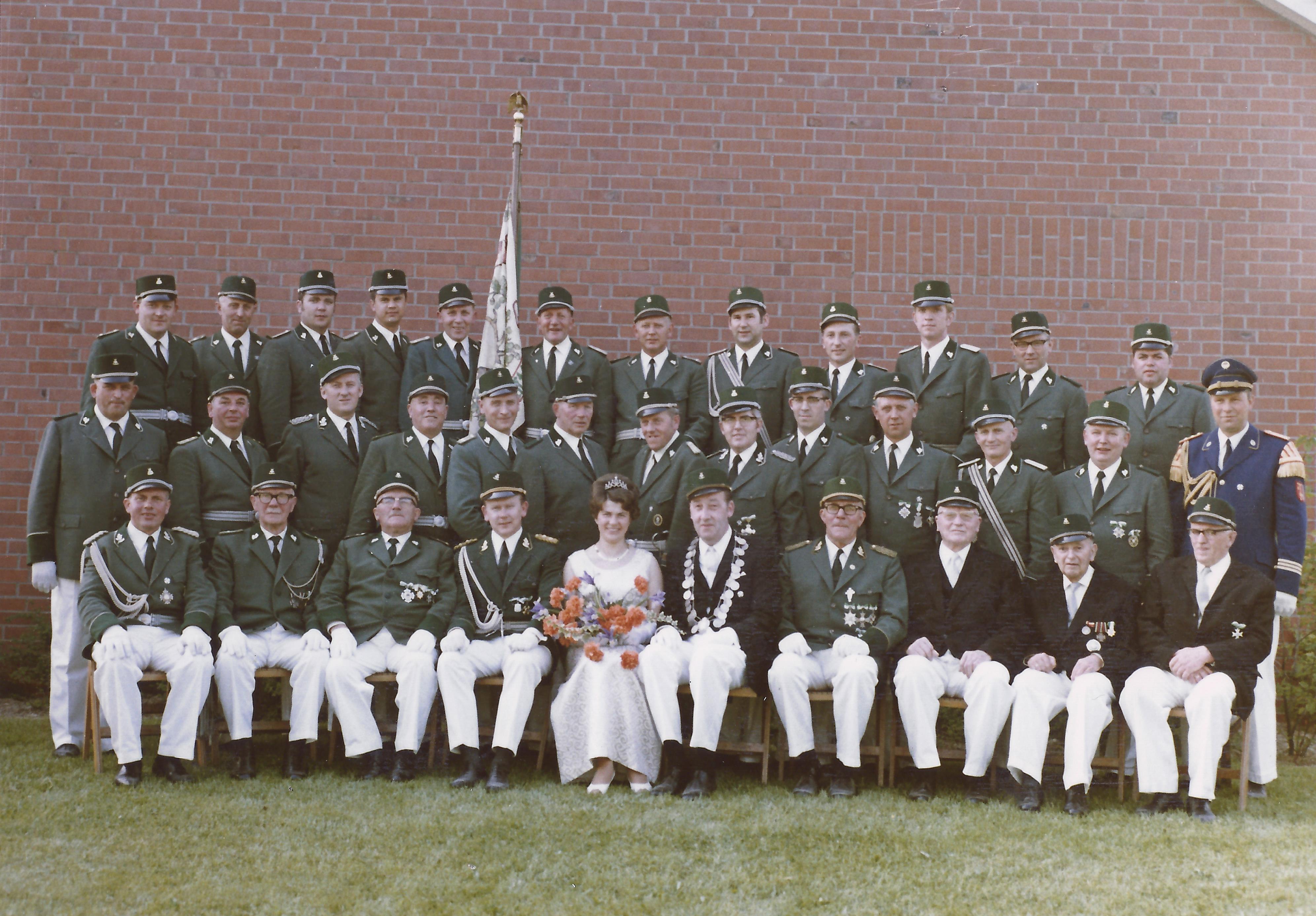 Königspaar 1969 umrahmt von Vorstand und Offizieren