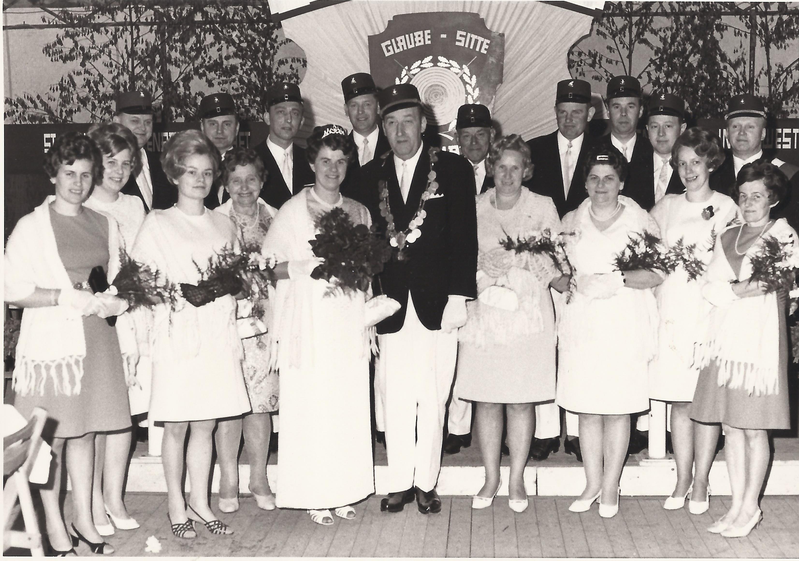 Königspaar vor 50 Jahren mit Throngefolge